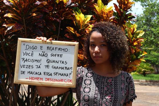 Projeto Mostra Estudantes Negros Segurando Frases Preconceituosas