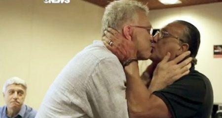 FAMOSOS: Pedro Bial e Galvão Bueno se beijam nos bastidores da Globo
