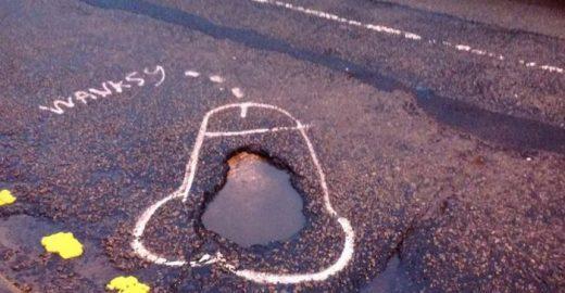 Em protesto, artista desenha pênis em buracos no asfalto