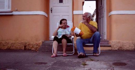 Projeto põe cadeiras na calçada para estimular a conversa entre os vizinhos