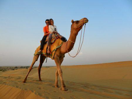 Passeio de camelo pelas dunas do Deserto Thar, próximo a Jaisalmer, no estado do Rajastão