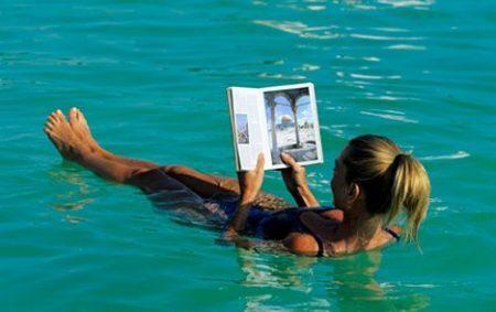 Flutuando no Mar Morto | foto: adnanthetraveller.com