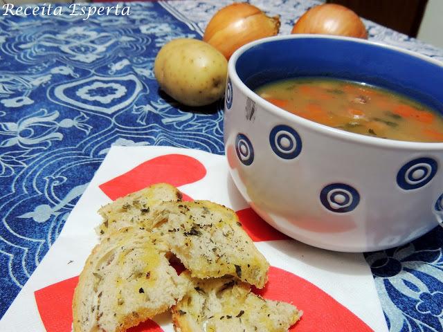 Inove na hora da sopa: caldo de cebola e batata