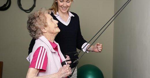 Aos 103, mulher faz bonito na academia e credita longevidade ao uísque
