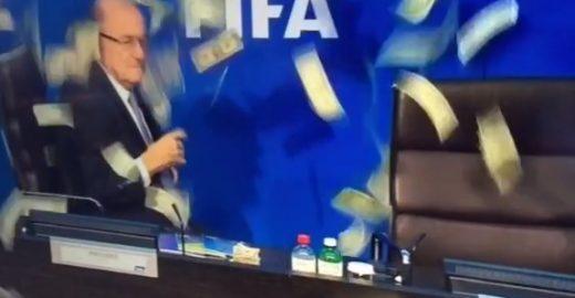 Humorista invade coletiva da FIFA e atira notas de dólares em Joseph Blatter