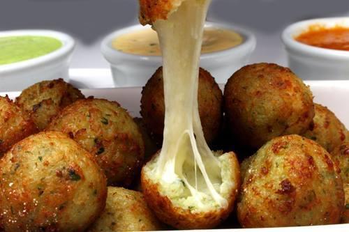 Faça um bolinho de arroz assado e recheado com queijo