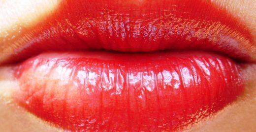 Beijar traz mais riscos de câncer do que fumar, diz médico