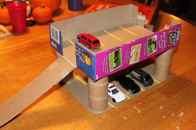 Caixa de cereal transformada em garagens para carros (Imagem: Reprodução/Tudo Interessante)