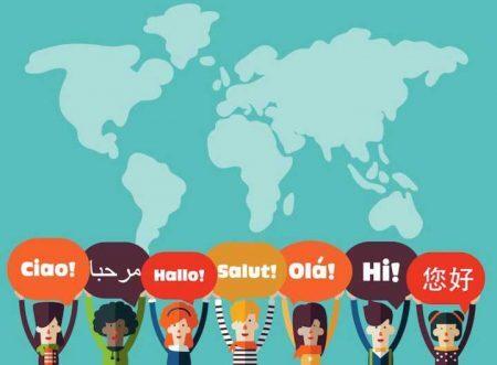 """Bonecos com placas de """"olá"""" em vários idiomas, com mapa mundi ao fundo"""