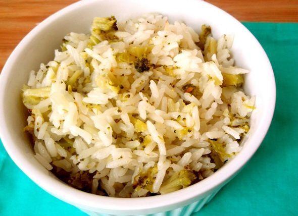 arroz na tigela com brócolis picadinho