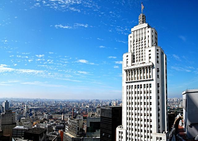 """Edifício Altino Arantes - O Edifício Altino Arantes foi, desde sua inauguração em 1947 até o ano de 1953, o edifício mais alto do mundo fora dos Estados Unidos. Com seus 161 metros de altura e formato """"bolo de noiva"""", é um dos símbolos de São Paulo, podendo ser visto a partir de diversos pontos da cidade."""