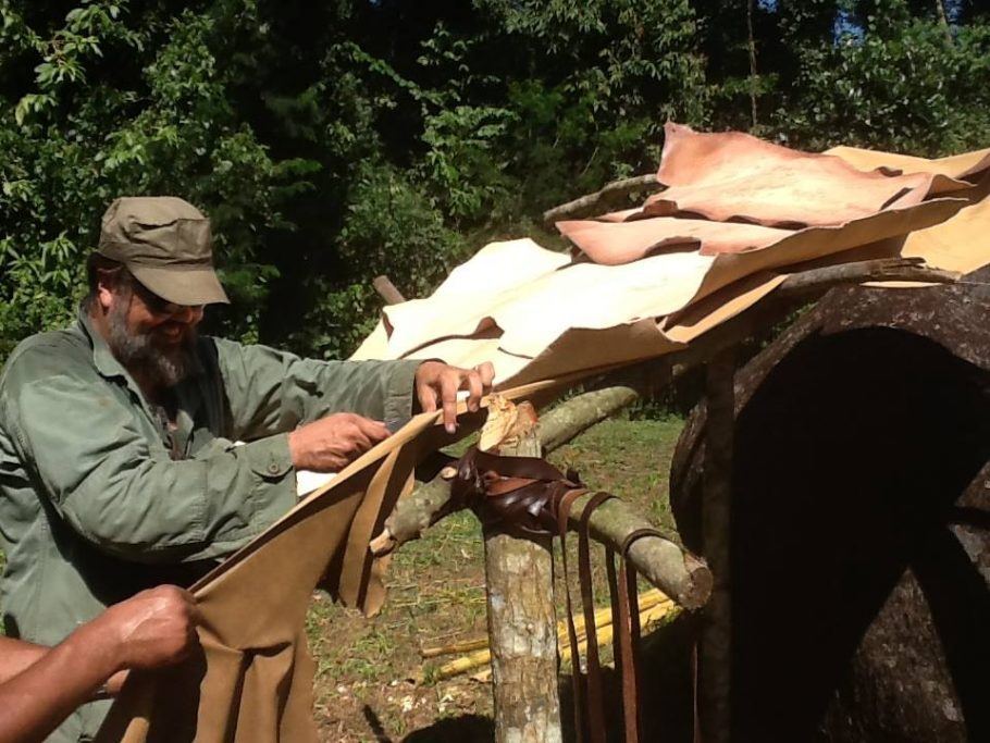 Giuliano Toniolo na Construção do Parque Bushcraft, em Paraty  (reprodução Facebook)
