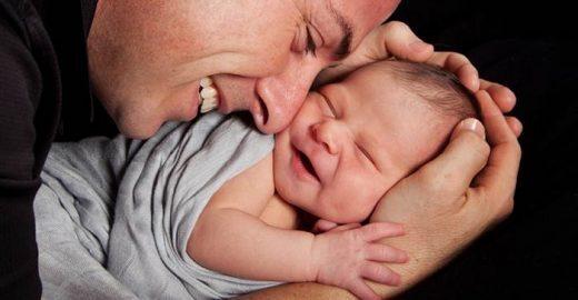 Pai posa com bebê para álbum de família e ganha uma 'surpresa' do filho