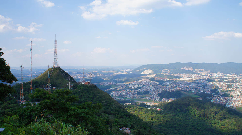 Parque Estadual do Jaraguá - Pico do Jaraguá - Criado em 1961, o Parque Estadual do Jaraguá é parte do Cinturão Verde da Cidade de São Paulo, uma reserva de Mata Atlântica declarada patrimônio natural da humanidade pela Unesco em 1994. Conhecido por ser o ponto mais alto da região metropolitana, o pico chega aos 1.135 metros de altitude e conta com mirantes que permitem diferentes perspectivas.