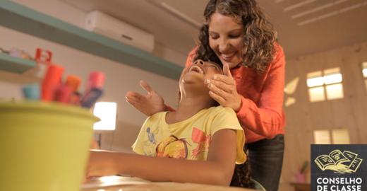 Vídeo mostra a bonita relação de alunos e seus professores