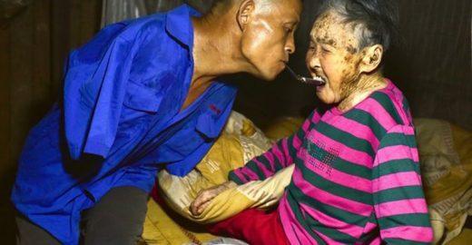 Homem que não tem braços usa boca para alimentar a mãe