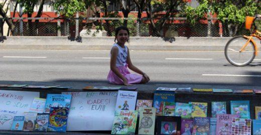 Uma flor que brota do concreto: garota de nove anos faz doação de livros no Minhocão