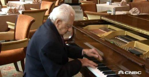 'Faça algo que você ama', diz pianista de 100 anos que tem 2 empregos