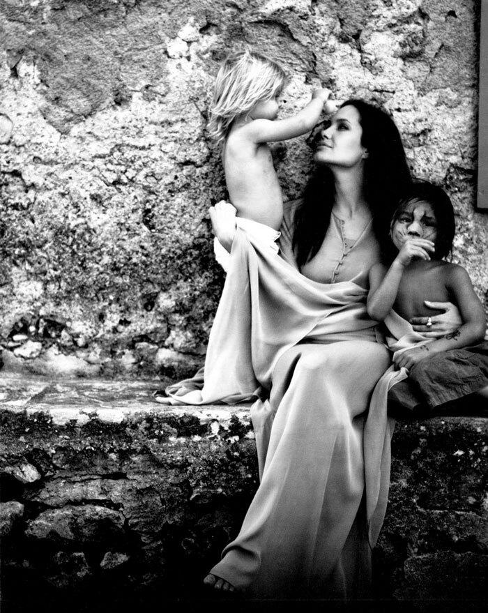 As fotos revelam momentos íntimos da família de Pitt e Jolie (Reprodução/W Magazine)