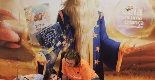 Voluntários lêem para crianças em quatro cidades