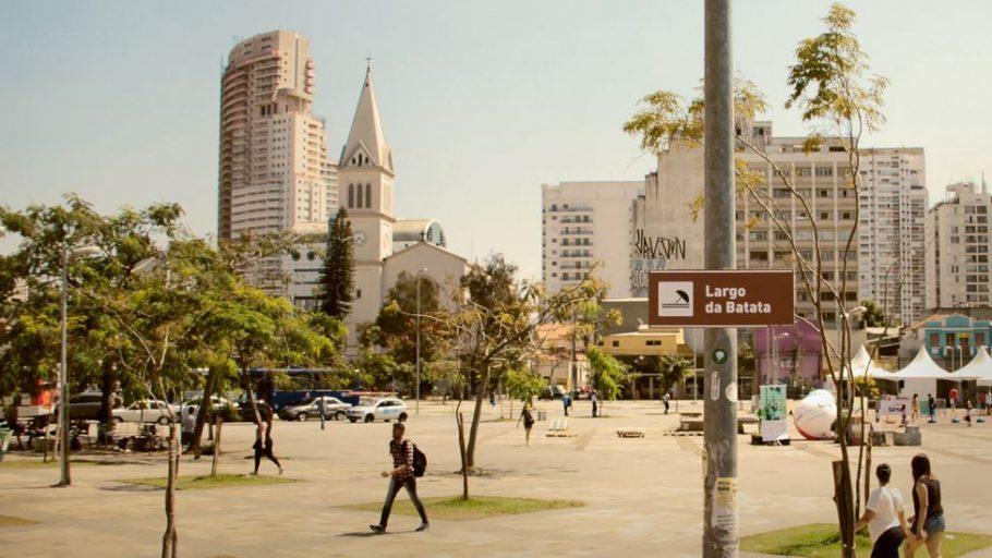 O trio planeja colocar novas placas na cidade em breve (Divulgação/Praia de Paulista)