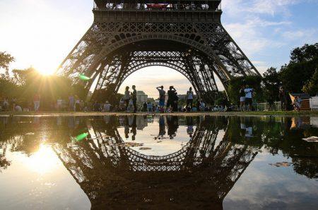 Pessoas embaixo da torre Eiffel