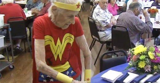 Idosa comemora 103º aniversário vestida de Mulher Maravilha