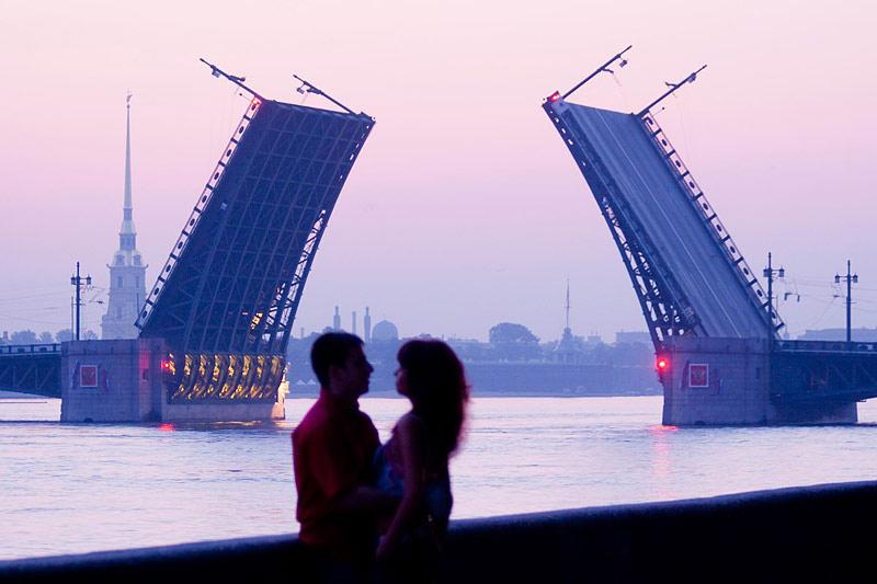 São Petersburgo de madrugada, durante o fenômeno Noites Brancas