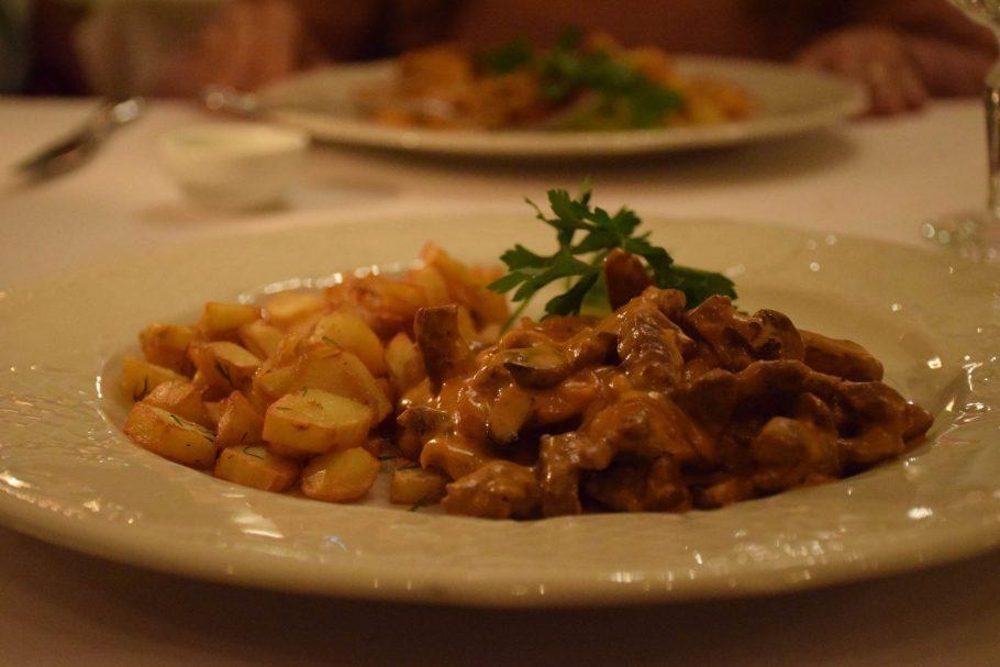 Prato de strogonoff no restaurante TZAR em São Petersburgo