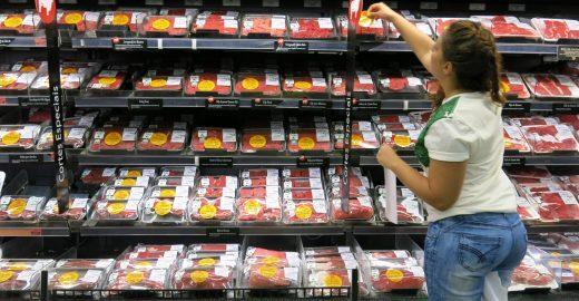 Ação alerta sobre a origem da carne comercializada em supermercados
