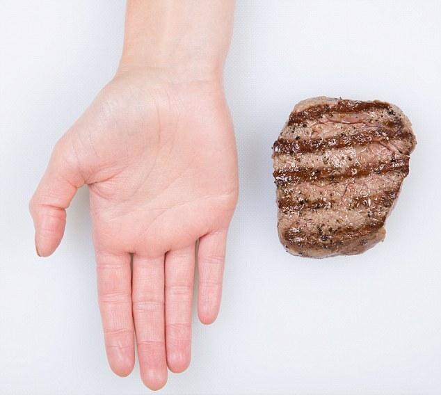 Nutricionista usa palma da mão para indicar as porções necessárias de cada alimento