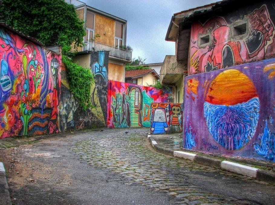 BECO DO BATMAN | Um dos lugares preferidos dos paulistanos e turistas para ter contato com essa arte urbana. São diversos trabalhos de artistas renomados, como Speto e Mundano, dispostos lado a lado,  nos muros das ruas de paralelepípedos recém restauradas, após forte chuva em dezembro.