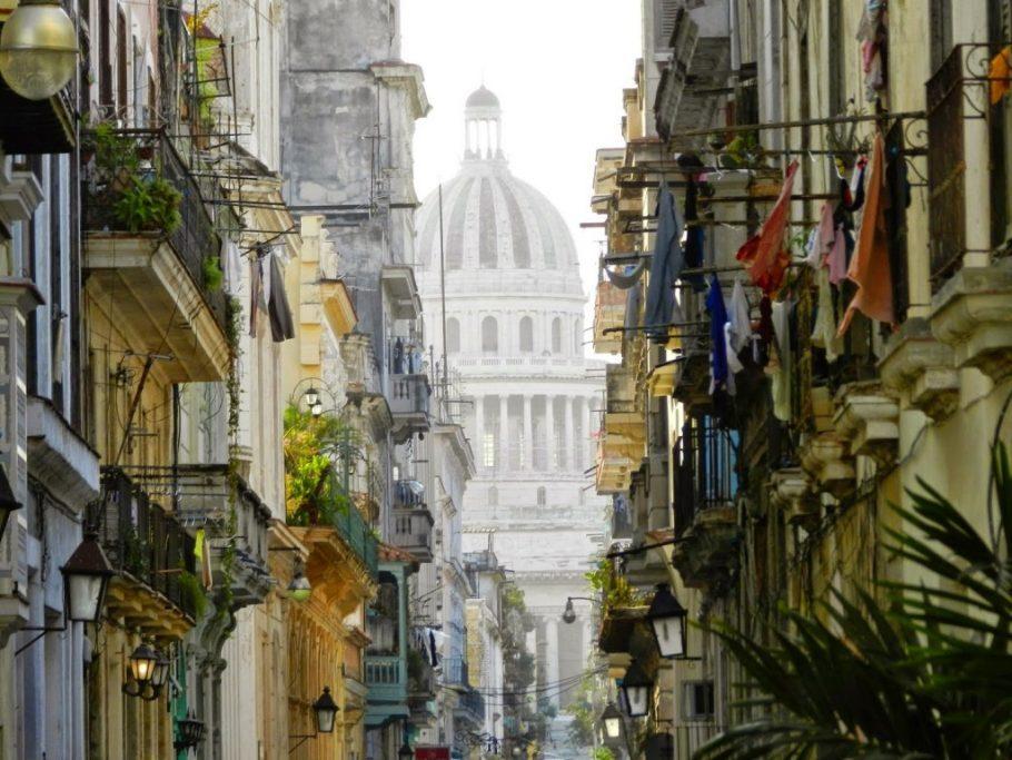 Capitólio entre as casas de Havana Velha, em Cuba