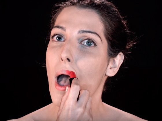 """Clipe também faz referência ao vídeo feminista de sucesso da Youtuber Jout Jout, """"Não tira o batom vermelho"""""""