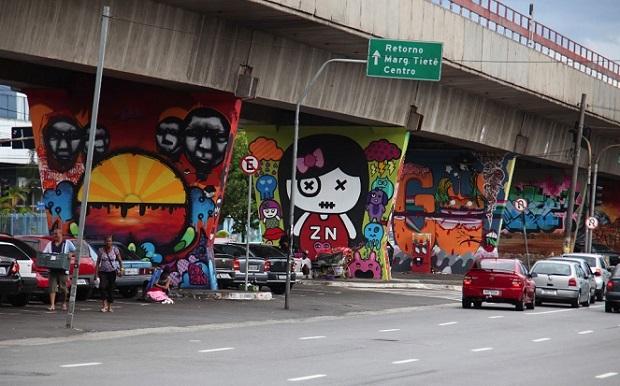SANTANA | A Avenida Cruzeiro do Sul, localizada na zona norte da capital, é considerada o 1º Museu Aberto de Arte Urbana. As 33 pilastras de sustentação da linha azul do metrô na estação Carandiru ganharam, nos últimos anos, diversos desenhos de artistas consagrados como Speto, Binho, Chivitz, Akeni, Minhau, Larkone, Onesto e Zezão. (Foto: reprodução/ Guia da Seamana)