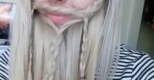 Mulheres usam próprio cabelo para simular barba