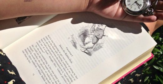 2.500 pessoas se unem para 'tatuagem coletiva' com trechos de 'Alice no País das Maravilhas'