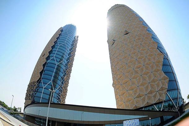 Torres têm persianas geométricas que fecham de acordo com o sol