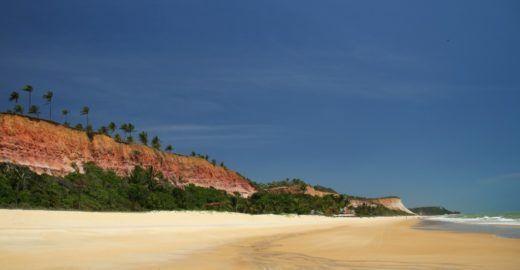 Praias isoladas do litoral sul da <mark class='searchwp-highlight'>Bahia</mark> se exibem em tour de bike