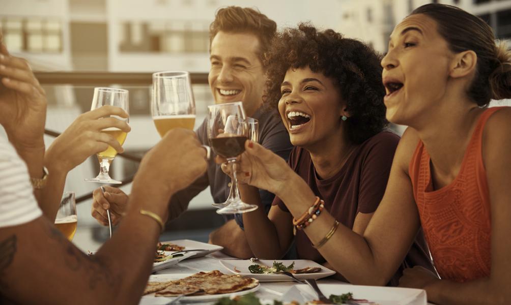 Pesquisa mostra que ter amigos é tão importante quanto alimentação saudável e atividades físicas