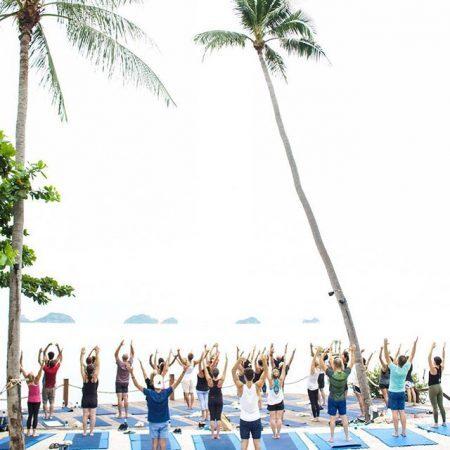 Convidados fazem yoga