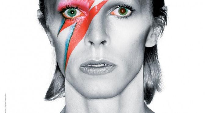 Foto em close da David Bowie com um raio pintado no rosto