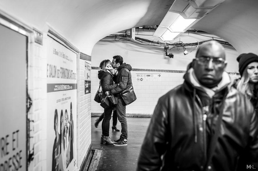 Ensaio captura demonstrações de amor e carinho em espaços públicos