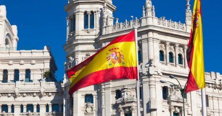 Palácio de Cibeles e bandeira espanhola