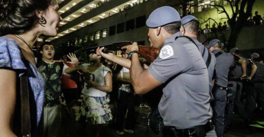 Ato em frente à PUC-SP termina em confronto com a PM