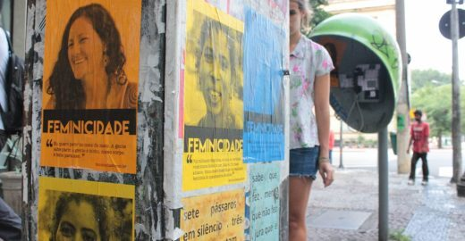 Coletivos espalham cartazes pelas ruas com histórias de mulheres