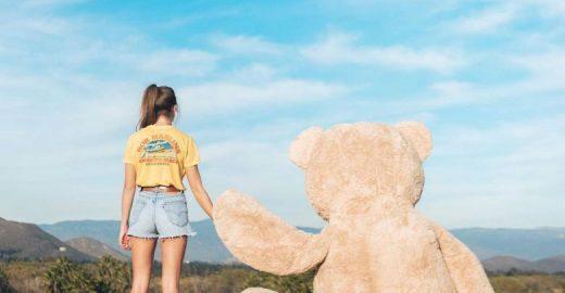 Garota leva seu urso de pelúcia gigante para dar um passeio pela cidade