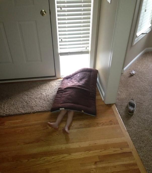 Crianças brincando de esconde-esconde