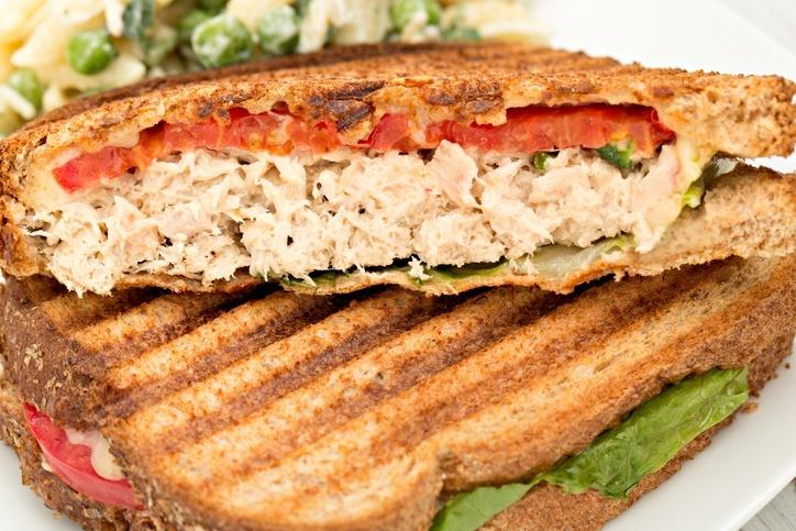 lanche de atum no pão integral