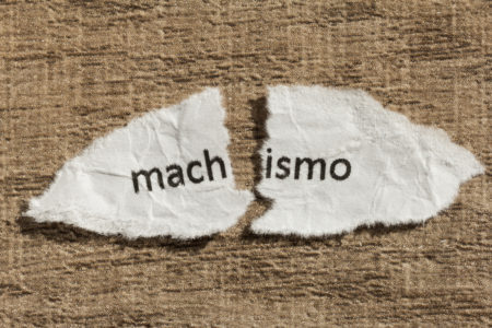 papel rasgado com a palavra machismo cortada ao meio